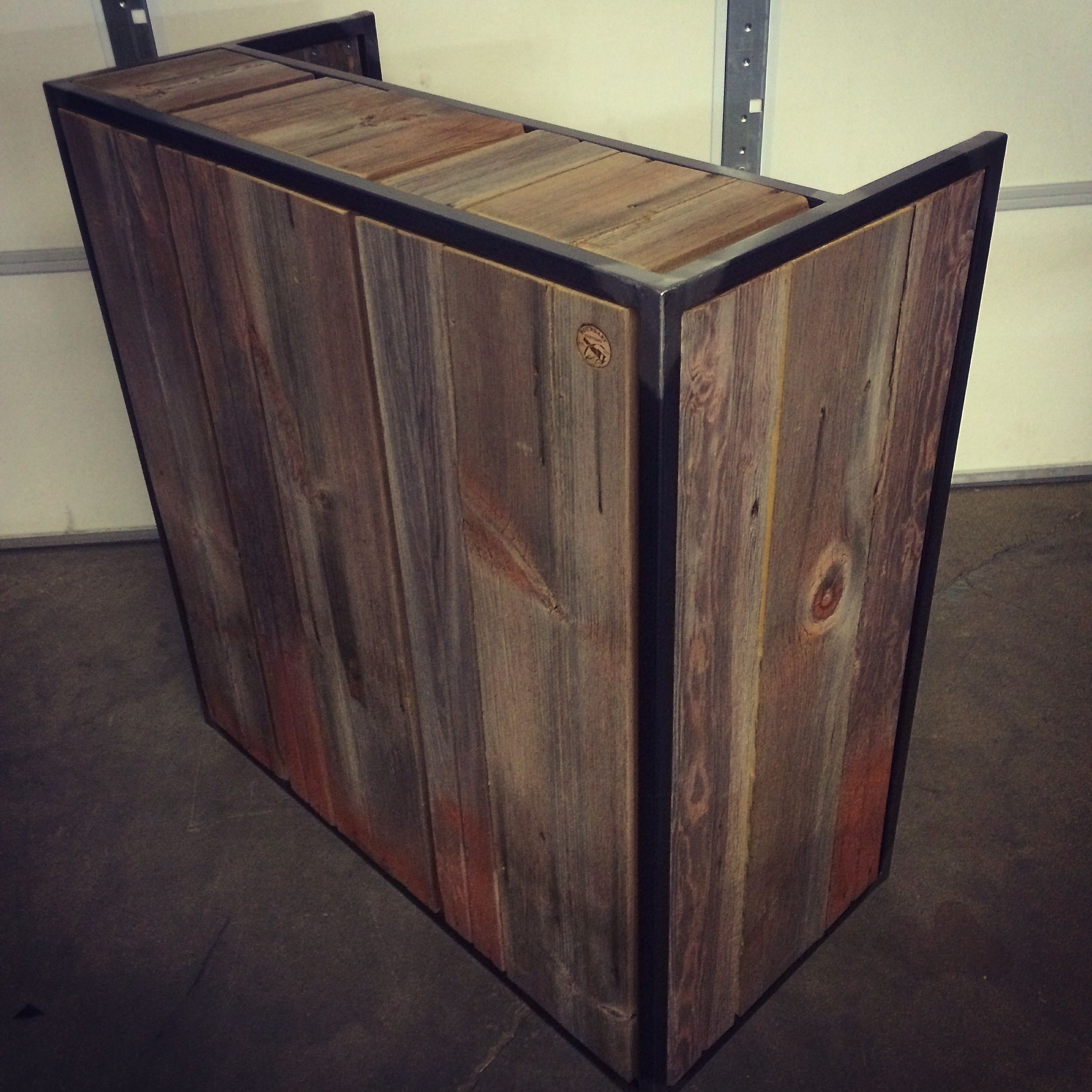 Hand crafted small shop reception desk point of sale for Customisation de meuble
