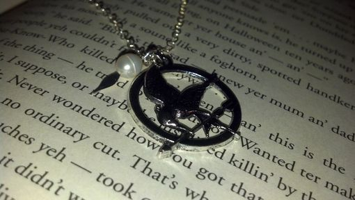 Custom Made Hunger Games Inspired Mockingjay, Arrow, And Pearl Neacklace, Ready To Ship