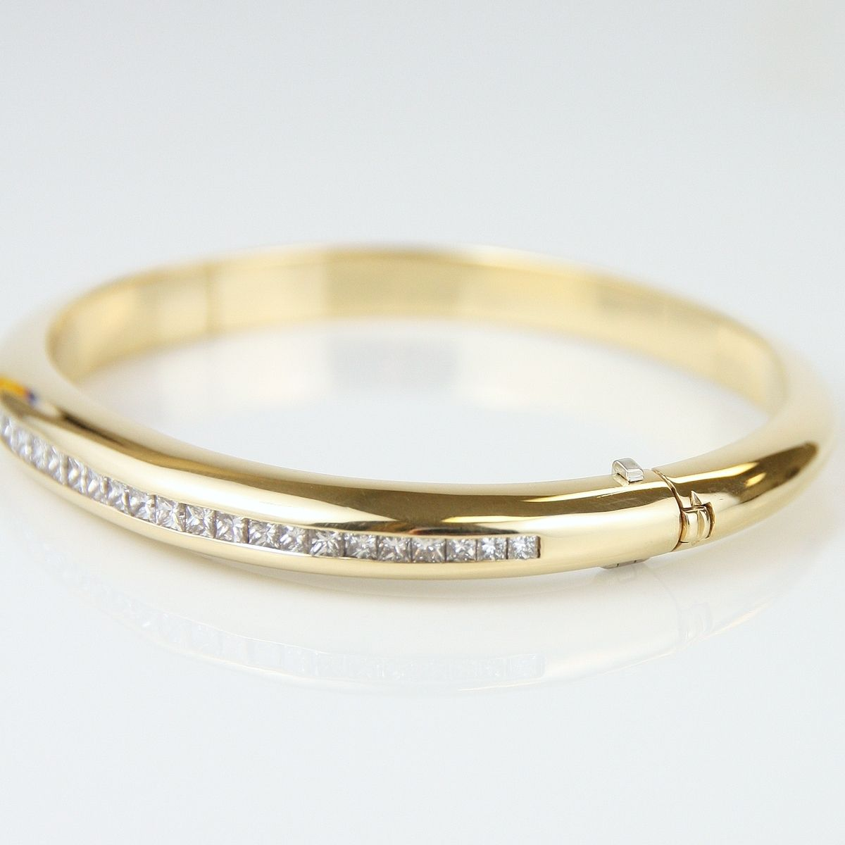 Custom Made Elegant 18kt Yellow Gold And Diamond Bangle Bracelet