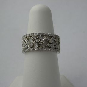 Vintage Leaves Set With Diamonds And Two Thin Diamond Bands