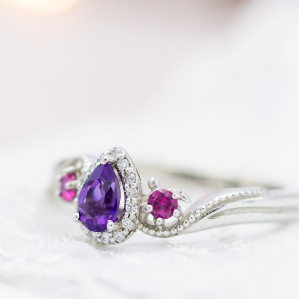 Understated turtle details add a personal touch to this elegant, curvy gemstone ring.