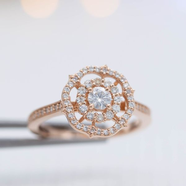 This ring brings together familiar elements like a scalloped halo into a unique and distinctive snowflake-reminiscent setting.
