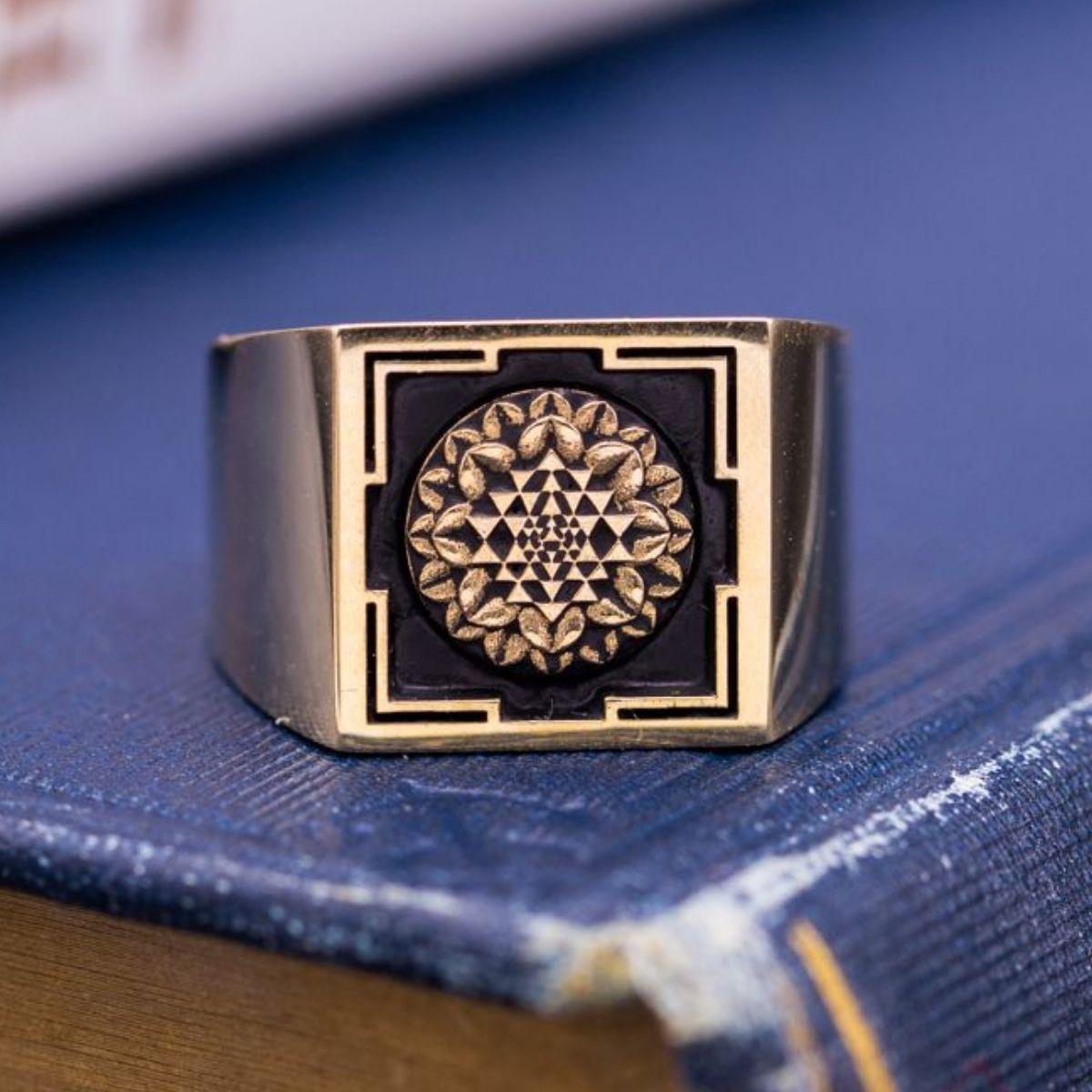 custom signet rings family crest rings coat of arms. Black Bedroom Furniture Sets. Home Design Ideas
