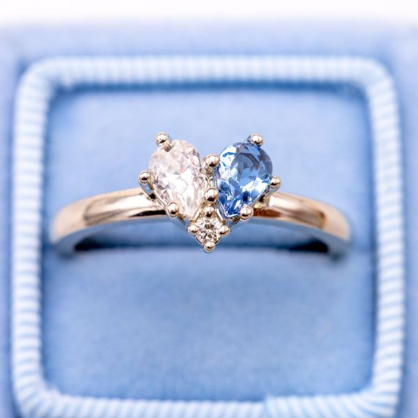 Sweet simplicity: a pear cut diamond and a pear cut aquamarine combine to create a beautiful heart setting in white gold. For a classic look, he opted for natural white gold (without rhodium plating), revealing a hint of warmth in the metal color.