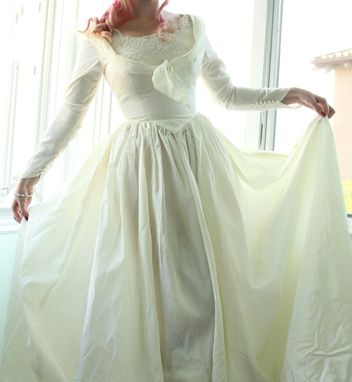 Custom Made Vintage 40s Wedding Dress In Taffeta And Alencon Lace Shelf Bust Button Up Back And Long Train S